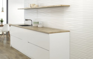 Blanco Brillo 30x90 cm. Relieve Wellen Blanco Brillo 30x90 cm. Pavimento Eleganza Roble 20 x 114 cm.